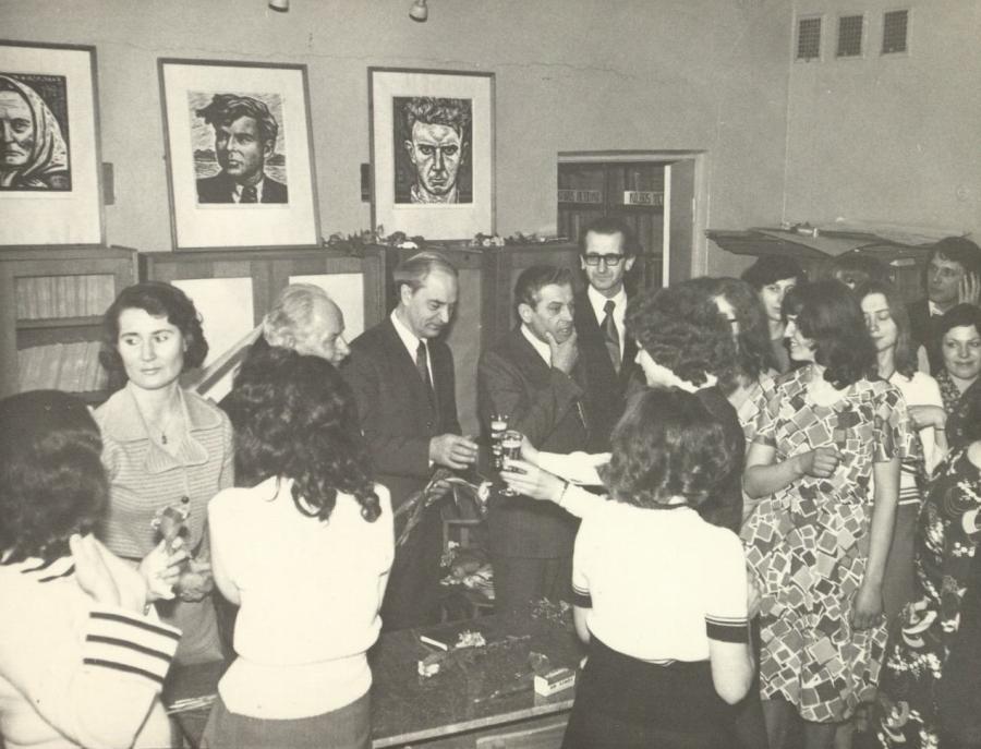 Lietuvių kalbos ir literatūros fakulteto dėstytojai su lituanistais pedagogais po Paskutinės paskaitos renginio. 1977 m. balandžio 8 d.