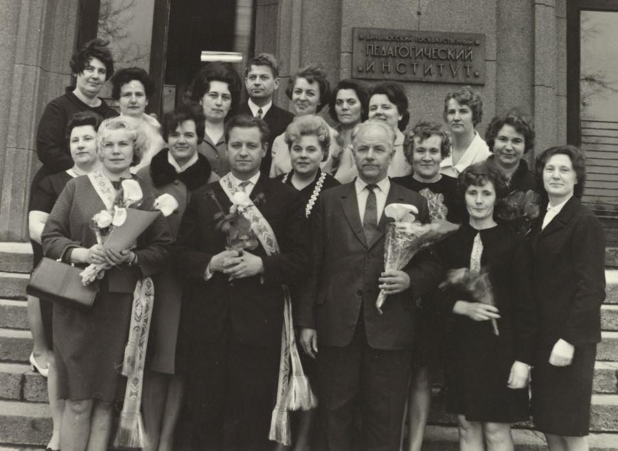 Lietuvių kalbos ir literatūros fakulteto dėstytojai su speckurso lituanistais absolventais. 1970 m. balandžio 4 d.