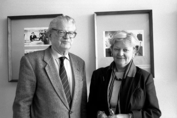 Signataro sūnus Petras Klimas jaunesnysis su žmona Žiba Klimiene Lietuvos centriniame archyve. 2000 m. liepos 13 d., Vilnius.<br />