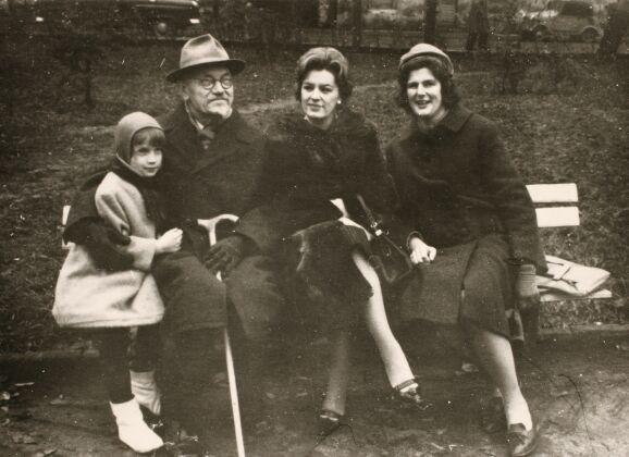 Petras Klimas su dukra Egle Klimaite-Fourier-Ruelle (trečia iš kairės), jos dukra Daphné (pirma iš kairės) bei Nepriklausomos Lietuvos Vidaus reikalų ministro Antano Endziulaičio dukra Danutė Endziulaitytė. Apie 1965 m., Kaunas.