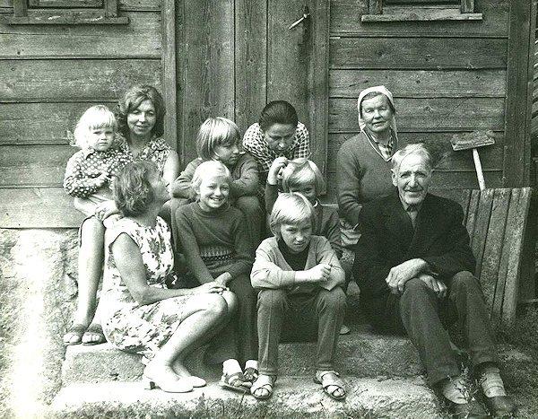 Dėdės Dominyko sodyboje Gordų kaime. Taida pirma iš kairės. Apie 1974 m.