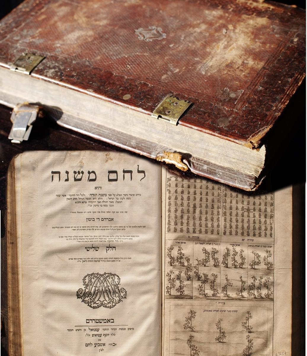 """Kelios seniausios knygos iš M. Strašuno asmeninės kolekcijos, kuri tapo viešosios Strašuno bibliotekos pagrindu.<br /> Mozė Maimonidas. """"Mishne tora"""" (hebr. Mokymo atkartojimas) su Abraomo de Botono komentaru """"Lekhem mishne"""" (hebr. Duona Šventyklos aukai). Amsterdamas, Imanuelio Juozapo Etiaso spaustuvė, 1702."""