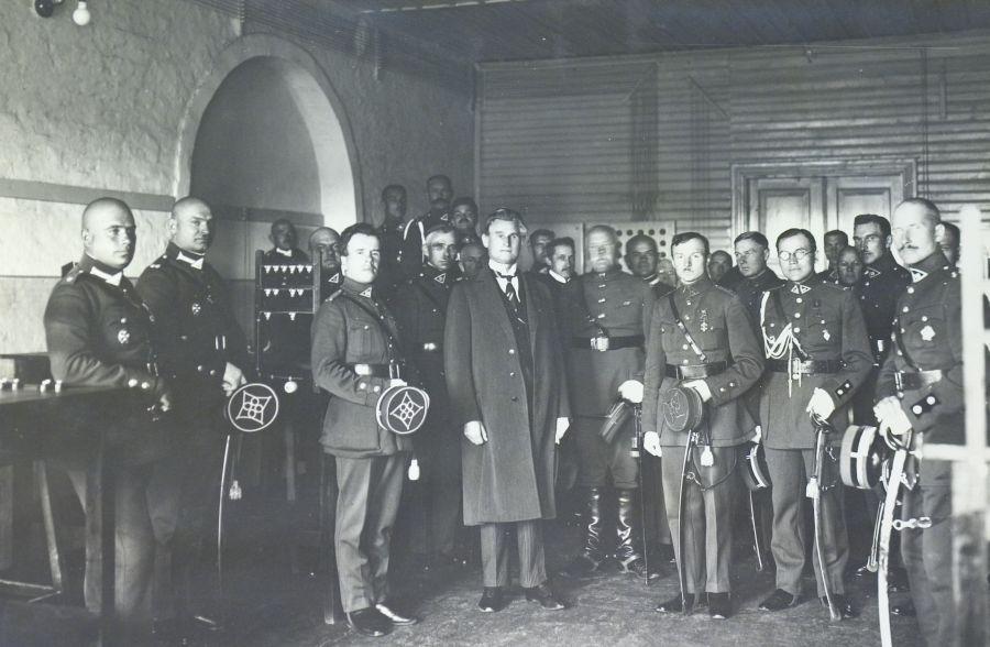 Lietuvos Respublikos prezidentas Kazys Grinius apžiūri Karo mokyklos ryšių kabinetą. Aukštoji Panemunė, Kaunas, 1926 m.