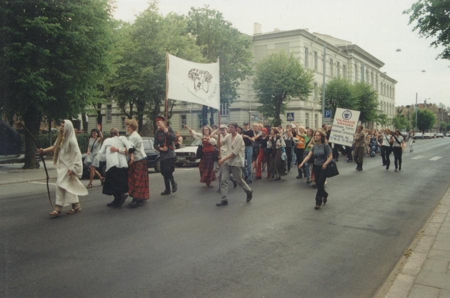 Arčiau prie tikslo (mes jau Vilniaus centre). Lituanistų dienos. 2000 m.