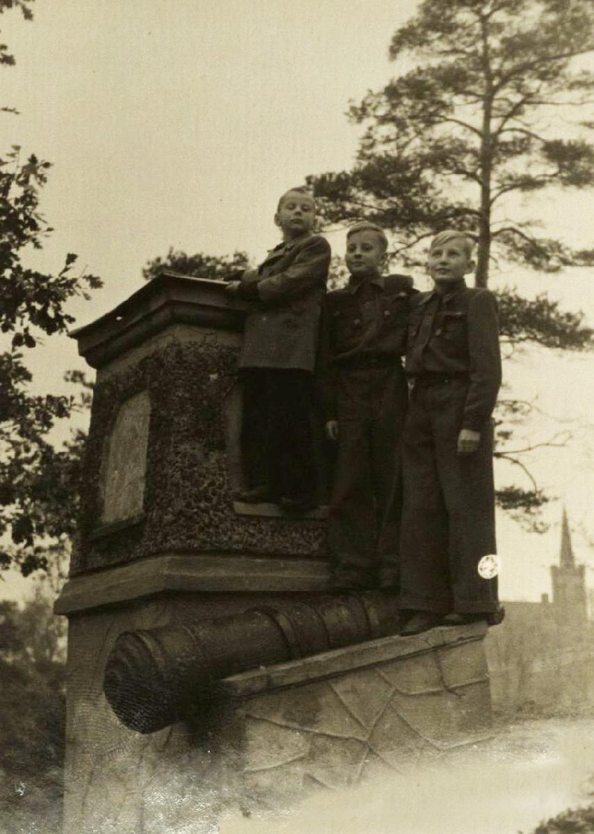 Su broliais Konradu ir Raimundu Biržų piliakalnyje