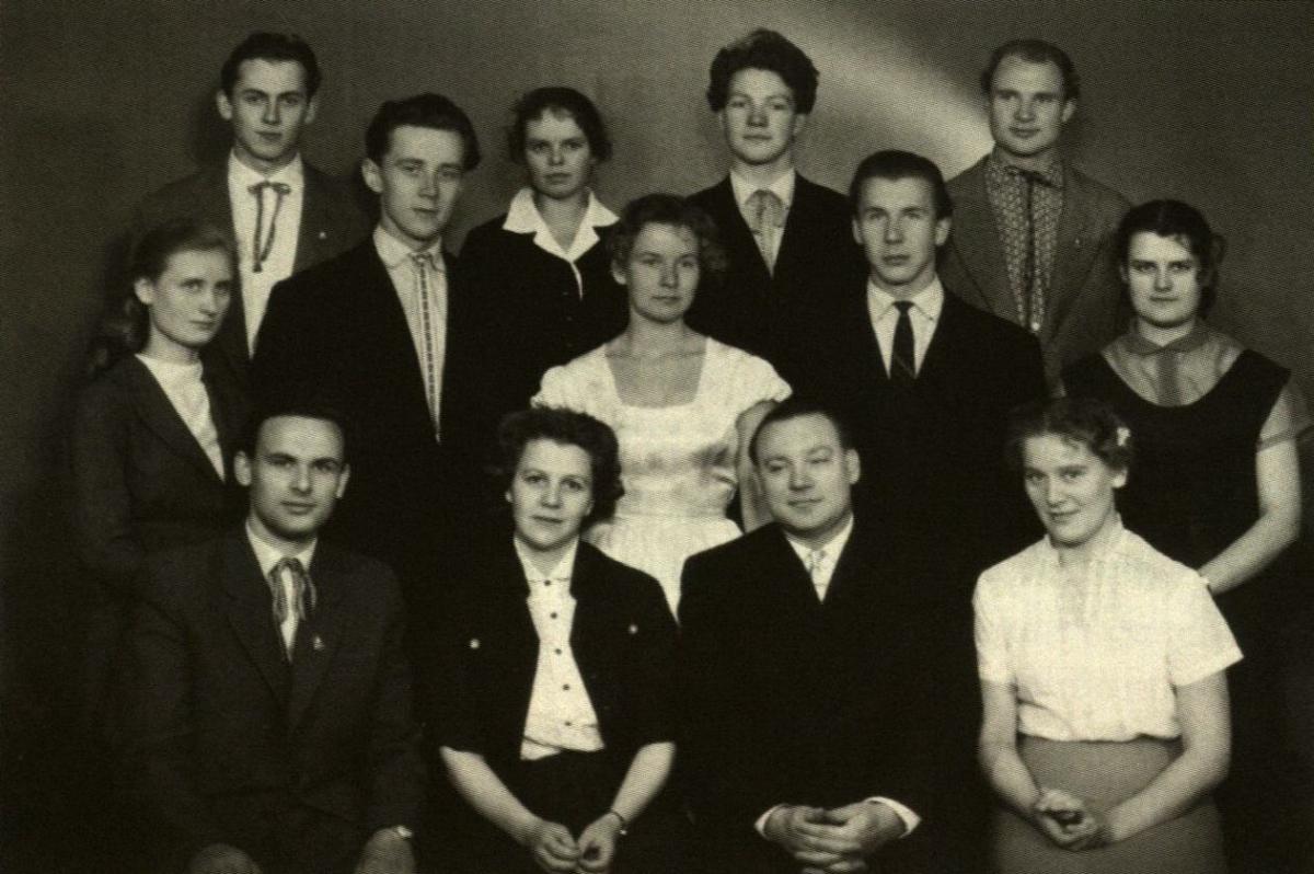 Po diplominių spektaklių. Iš kairės: I eilėje – A. Paukštaitis, dėst. I. Vaišytė ir J. Kavaliauskas, J. Ušinskaitė; II eilėje – M. Bazevičiūtė, E. Ignatavičius, A. Mikušauskaitė, H. Andriukonis, N. Miežlaiškytė; III eilėje – V. Aleknavičius, N. Gelžinytė, A. Šimanskis, B. Talačka. 1960 m.