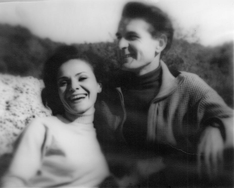 "Adolfas Mekas ir Pola Chapelle filmuojant ""Dvivamzdį detektyvą"". <br /> Fotografija Karl Bissinger.<br /> 1964 m."