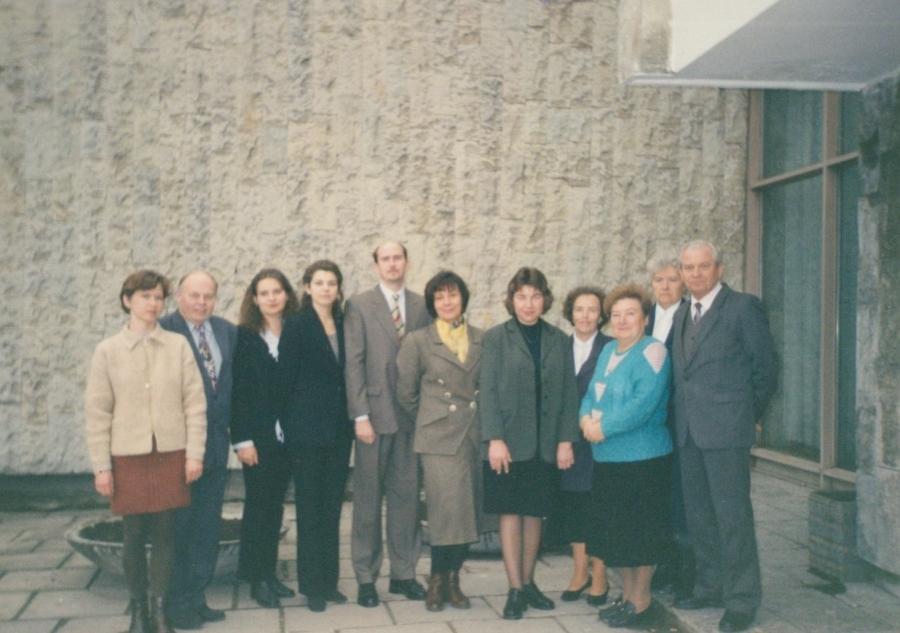 Lituanistikos fakulteto Lietuvių kalbos katedros dėstytojai prie LEU II rūmų. 1996 m.