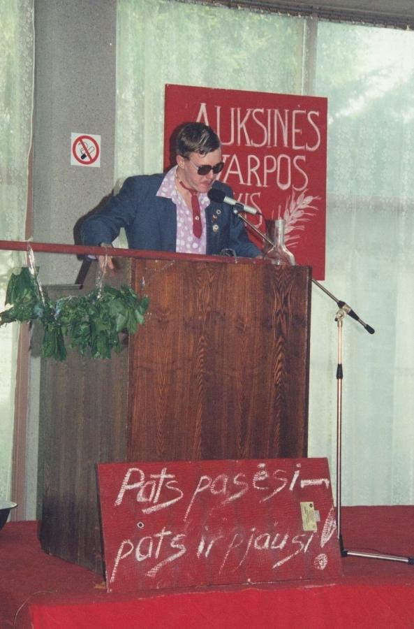 Pirmininkas skaito metų ataskaitą! Lituanistų dienos. 2001 m.