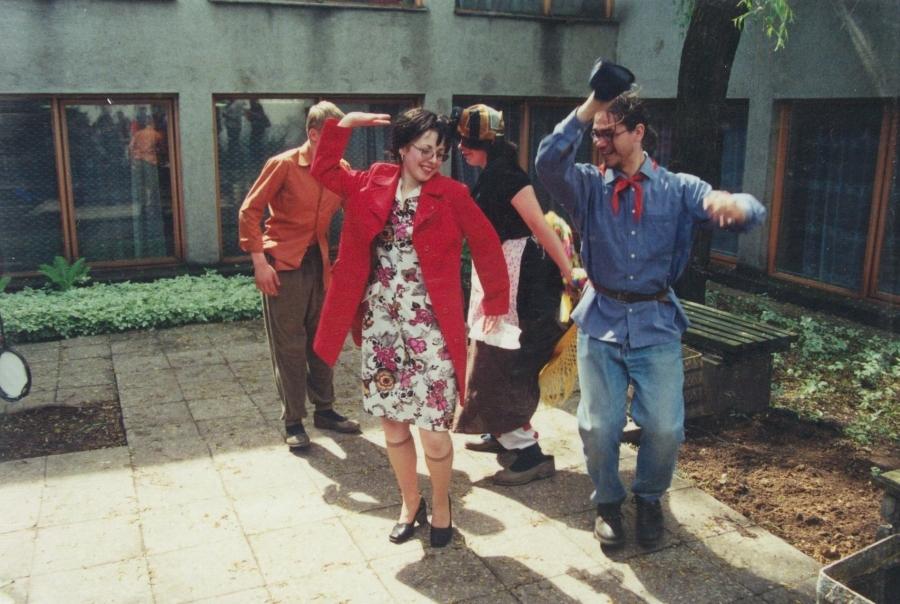 Linksmybės po talkos. Lituanistų dienos. 2001 m.