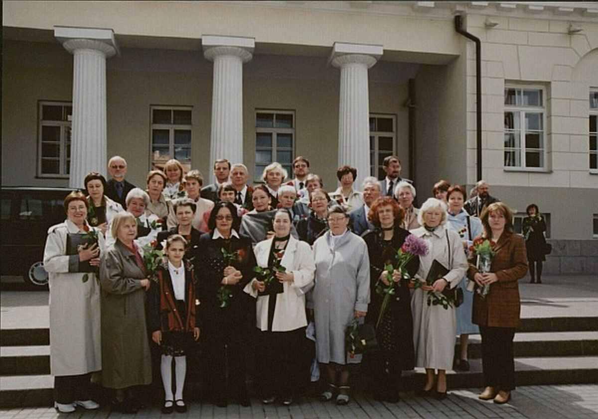 Nacionalinės bibliotekos darbuotojai po Sausio 13-osios atminimo medalių įteikimo ceremonijos 2002 m. gegužės 19 d.