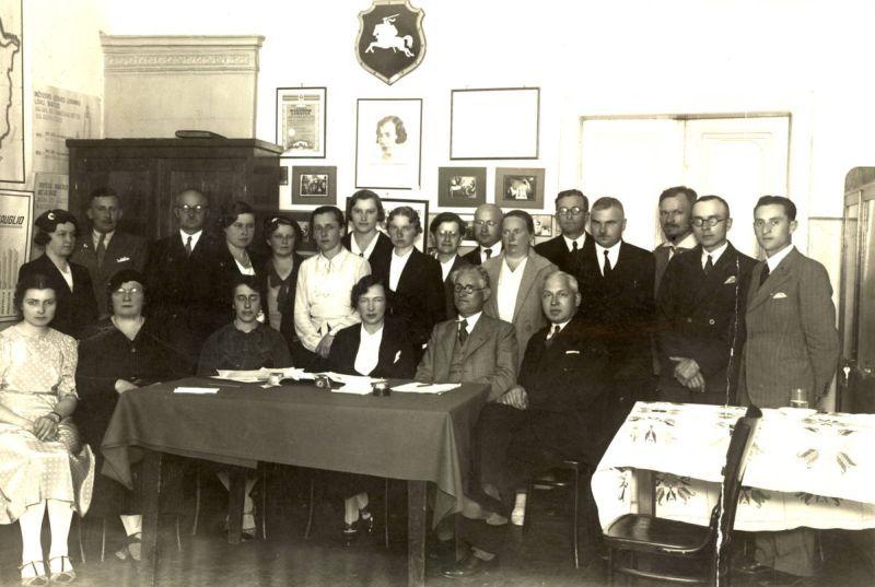 Dr. K. Grinius Lietuvos sveikatos centrų gydytojų suvažiavime Kaune. Nuotraukoje taip pat: M. Marcinkevičius, D. Jankevičius, N. Vienožinskienė, J. Tūbelienė ir kt. Apie 1936 m.