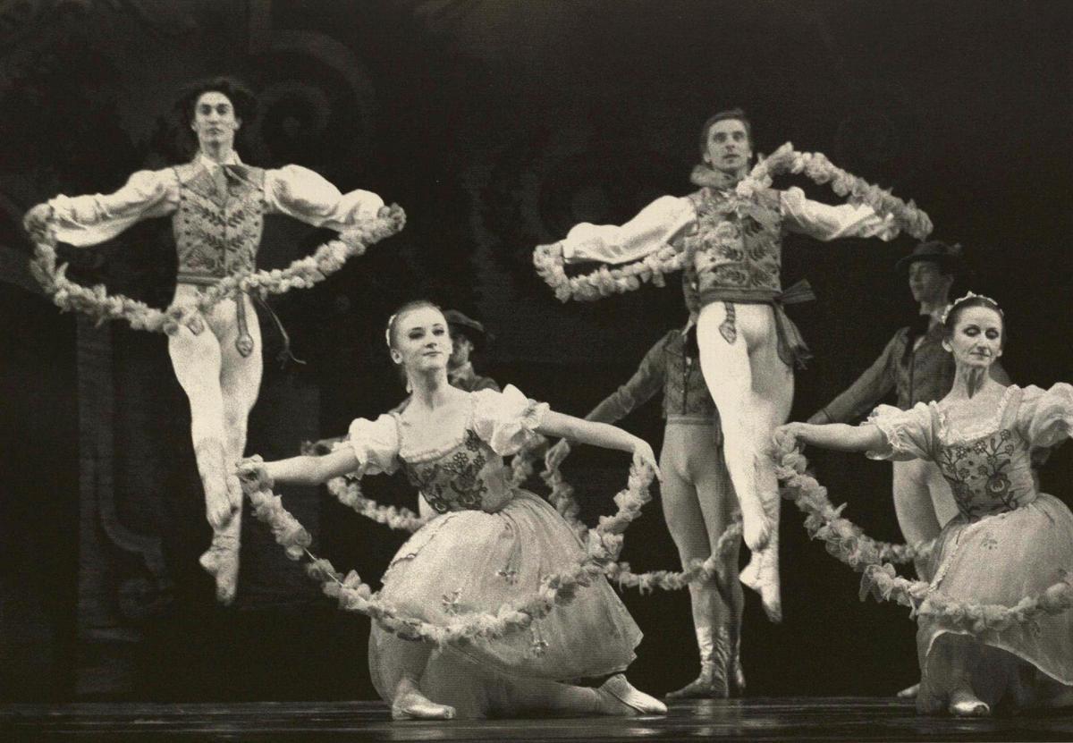 Trečiojo veiksmo scena. Svanildos ir Franco draugus šoka Rūta Jezerskytė, Audronė Sarokaitė, Mindaugas Baužys ir Aleksandras Semionovas.