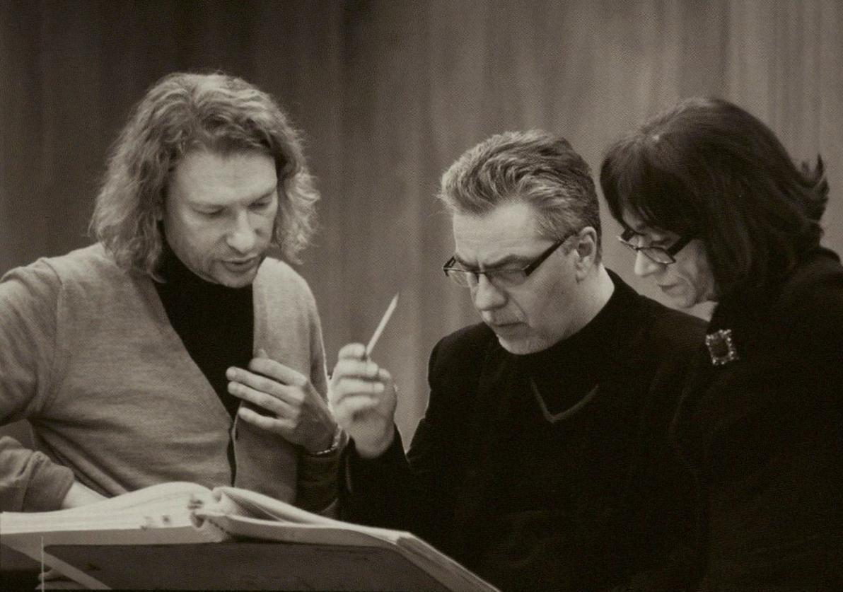 """Ruošiantis O. Narbutaitės operos """"Kornetas"""" premjerai. M. Zimkus, J. Geniušas ir O. Narbutaitė."""