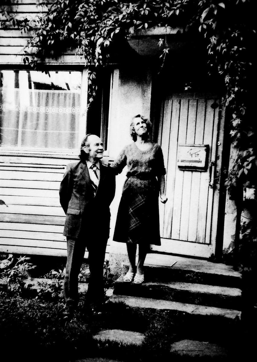 Julius Juzeliūnas su žmona Danute prie savo namų Žvėryne, 1985 m.