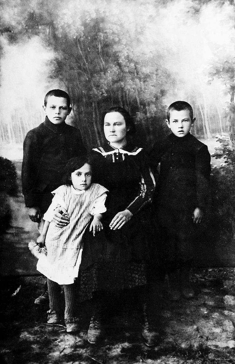 J. Juzeliūno motina Emilija su vaikais. Iš kairės Povilas, Albina, Julius (pirmoji J. Juzeliūno nuotrauka, 1923 m.)