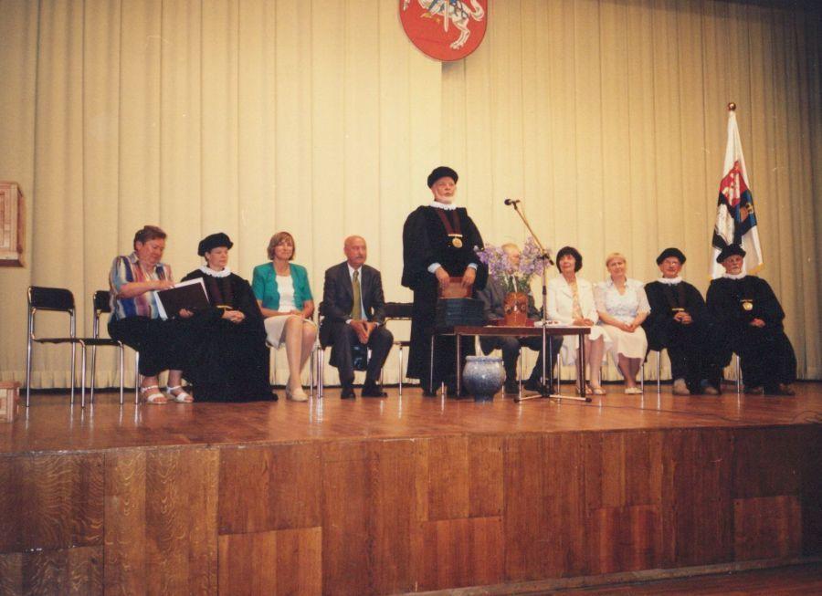 Diplomų įteikimo ceremonija. Kalba Lituanistikos fakulteto dekanas prof. P. Bražėnas. 2009 m.