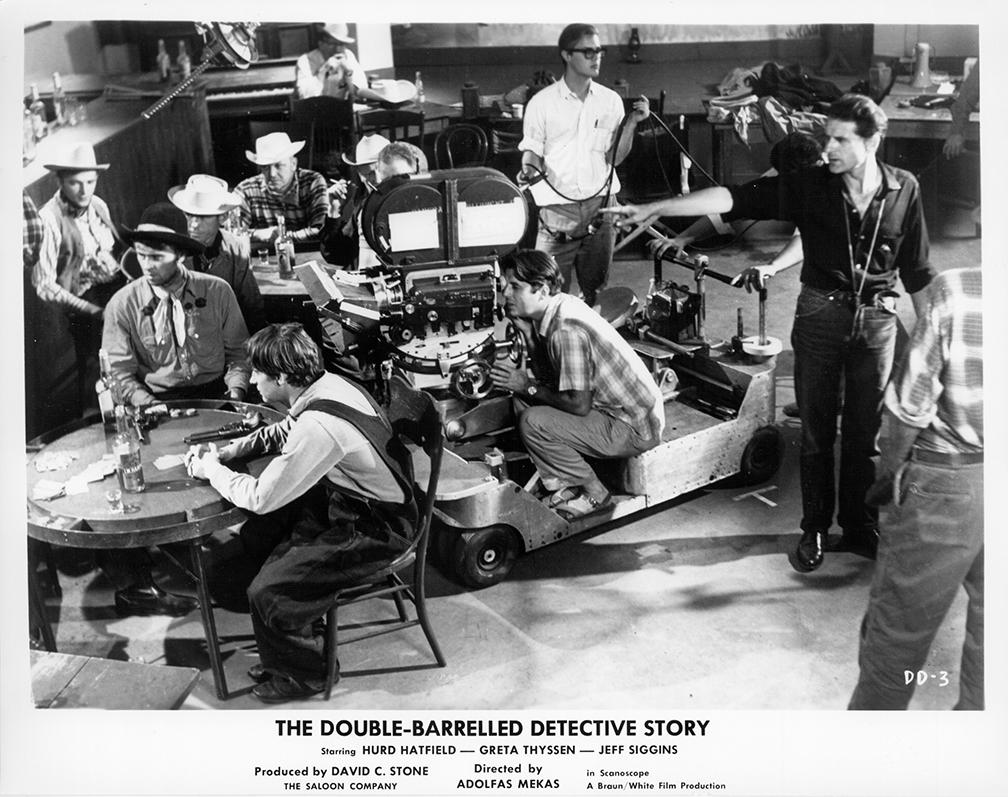 """Filmuojant """"The Double-barrelled detective story"""" (""""Dvivamzdė detektyvinė istorija""""). Adolfas Mekas dešinėje. 1964 m."""