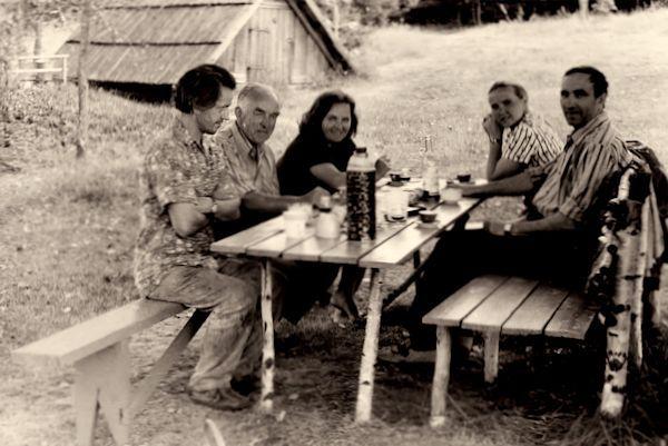 Dailininko Aloyzo Stasiulevičiaus sodyboje. Iš kairės: Aloyzas Stasiulevičius, Algirdas ir Ona Petruliai, Marija ir Jonas Švažai. 1975