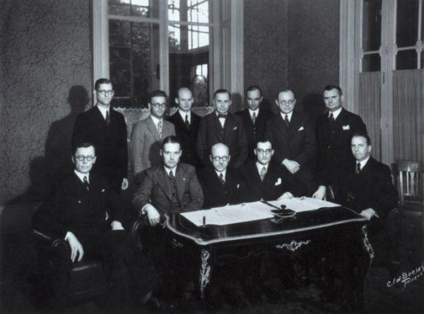 Baltijos šalių diplomatai, pasirašius Lietuvos, Estijos ir Latvijos santarvės ir bendradarbiavimo sutartį. 1934 m. rugsėjo 12 d., Ženeva.