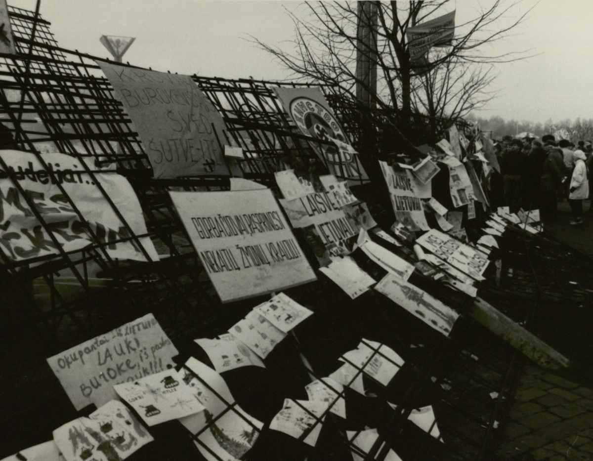Vaikų piešiniai ir šūkiai ant barikadų prie Parlamento