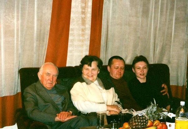 Šeima. Iš kairės: Algirdas ir Ona Petruliai, sūnus Klaudijus ir marti  dailininkė Jūratė Mykolaitytė. 1993