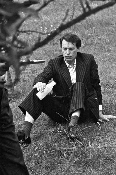 """Atokvėpio minutė. Aktorius R. Adomaitis, filmuojant kino juostą """"Sodybų tuštėjimo metas"""". 1976 m."""