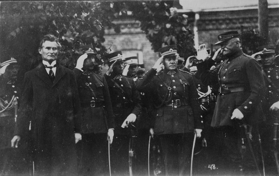 K. Grinius ir karininkai Karo mokyklos VIII karininkų laidos išleistuvių iškilmėse priima jaunųjų karininkų paradą. Aukštoji Panemunė, Kaunas, 1926 m. rugsėjo 7 d.