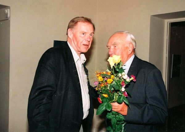 Su bičiuliu tapytoju Povilu Ričardu Vaitekūnu. 2000