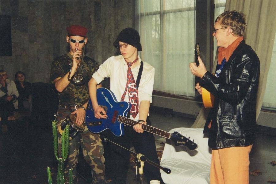 Laidoje svečiai iš Estijos ir Latvijos. 2-asis LF SA gimtadienis. 2001 m.