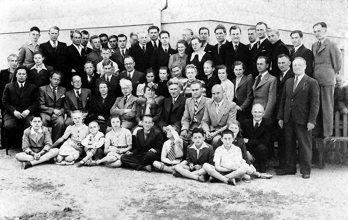 Šiaulių muzikos mokyklos pedagogai ir moksleiviai pirmiesiems mokslo metams pasibaigus. Julius Juzeliūnas stovi ketvirtoje eilėje šeštas iš dešinės, 1940 m.