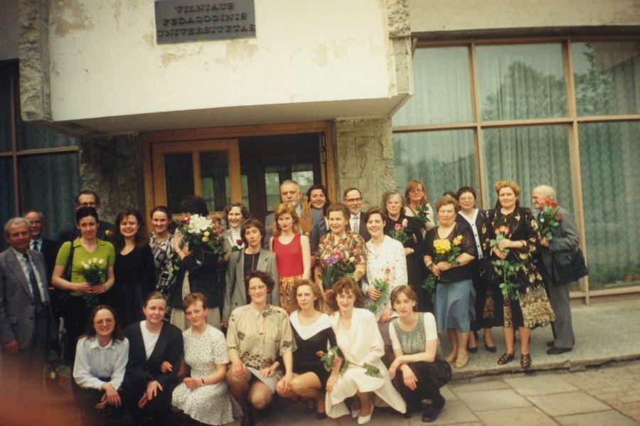 Lituanistikos fakulteto dėstytojai prie LEU II rūmų po Paskutinės paskaitos renginio. 1997 m.