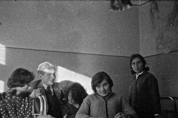 J. Budraitis su pirmo kurso studentėmis Tauro bendrabutyje. 1963 m.