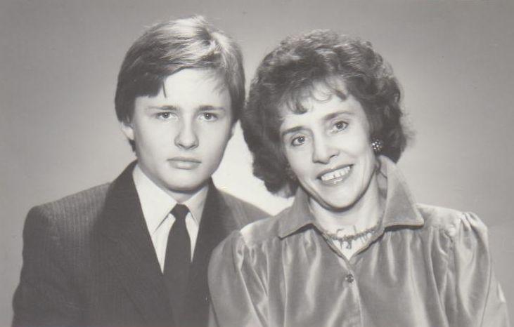 Genė Radzevičienė su šešiolikmečiu sūnumi Kostu. 1989 m., Vilnius.
