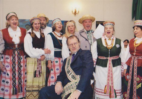 LR kultūros atašė Rusijoje J. Budraitis su Maskvos lietuvių bendruomene savo 60-mečio minėjimo J. Baltrušaičio namuose metu. 2000 m.