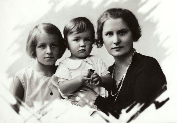 P. Klimo žmona Bronė Klimienė su dukra Egle ir sūnumi Petru.
