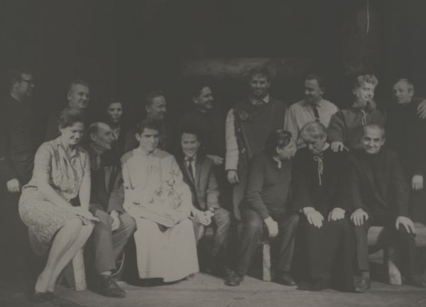 """Su spektaklio """"Mindaugas"""" kūrybine grupe. Po spektaklio premjeros. 1969 m. sausio 4 d."""