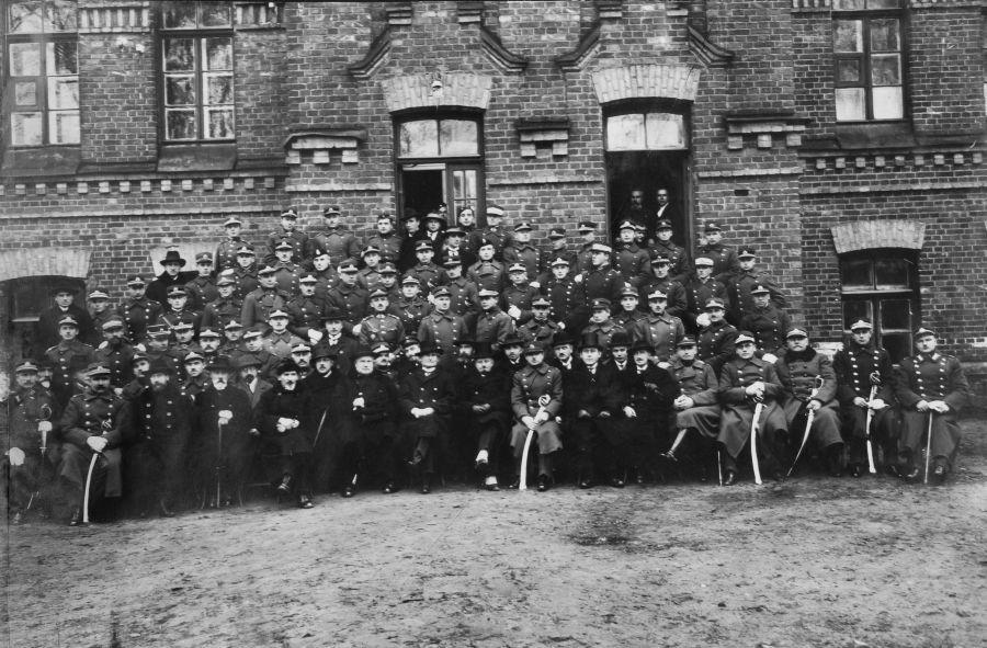 Prezidentas Aukštųjų karo technikos karininkų kursų statybos skyriaus I laidos išleistuvėse. Iš dešinės 1-as – Aukštųjų karo technikos kursų viršininkas plk. Brunonas Štencelis. Kaunas, 1926 m. spalio 30 d.
