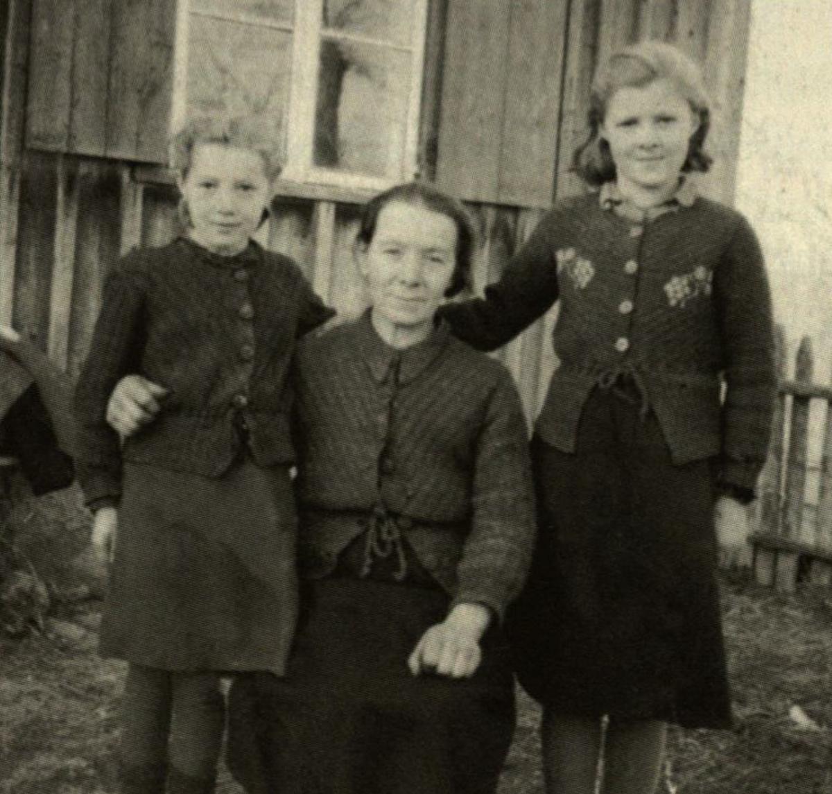 Mama su sesutėmis Brone ir Stase. Nuotrauka atsiųsta Eugenijui į lagerį. 1954 m.