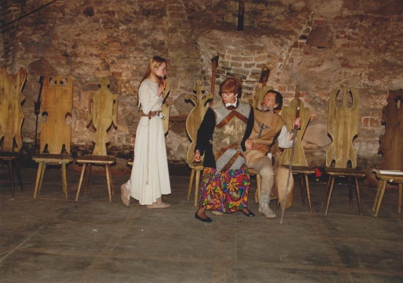"""Spektaklio """"Mindaugas"""" repeticijos Vilniaus Valdovų rūmų Žemutinėje pilyje metu. 1994 m."""