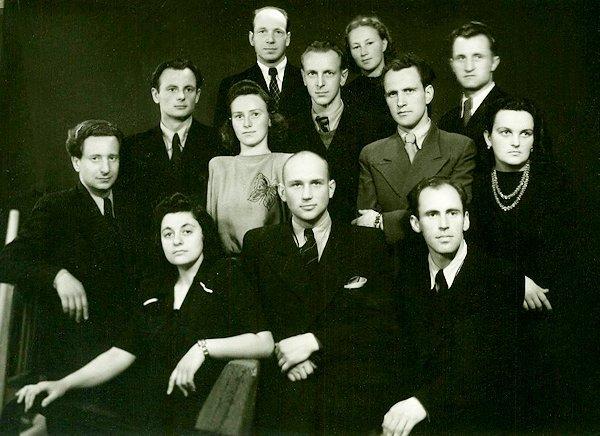 Su kurso draugais ir dėstytoju Antanu Kuču. Taida paskutinėje eilėje, iš dešinės. 1951. Kaunas