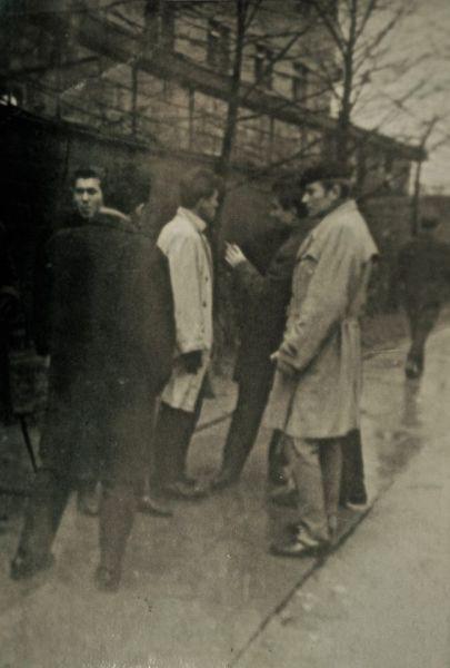 J. Budraitis (pirmas iš dešinės) su kurso draugais studijų Vilniaus universitete laikotarpiu. 1964 m., Vilnius.