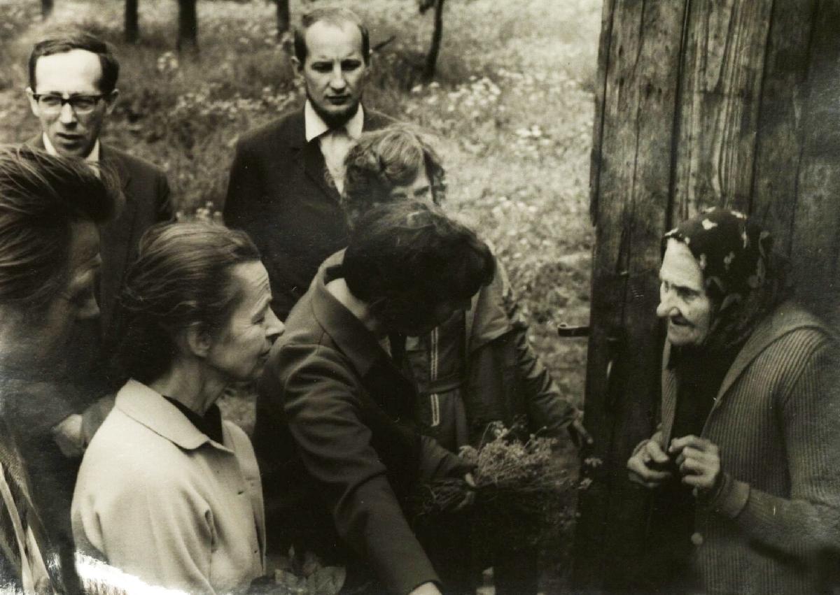 Su Vytauto Mačernio motina. Iš kairės : Laimonas Noreika, Vytautas Kubilius, Regina Mikšytė, Kęstutis Nastopka, Pranė Jokimaitienė Šarnelėje