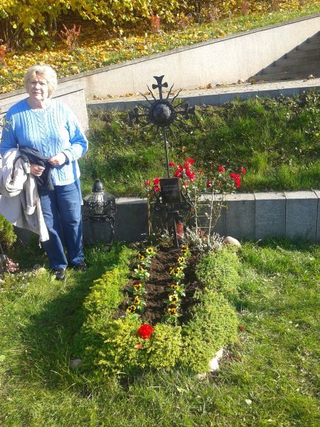 Birutė Ilgūnienė prie savo vyro G. Ilgūno kapo.
