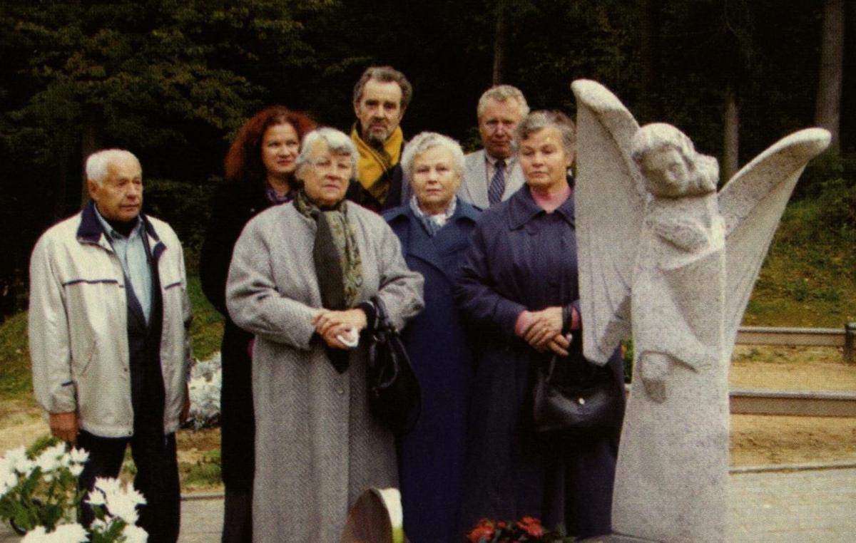 Prie pašventinto paminklo žmonai Jonei Ignatavičienei Antakalnio kapinėse. 2006 m.