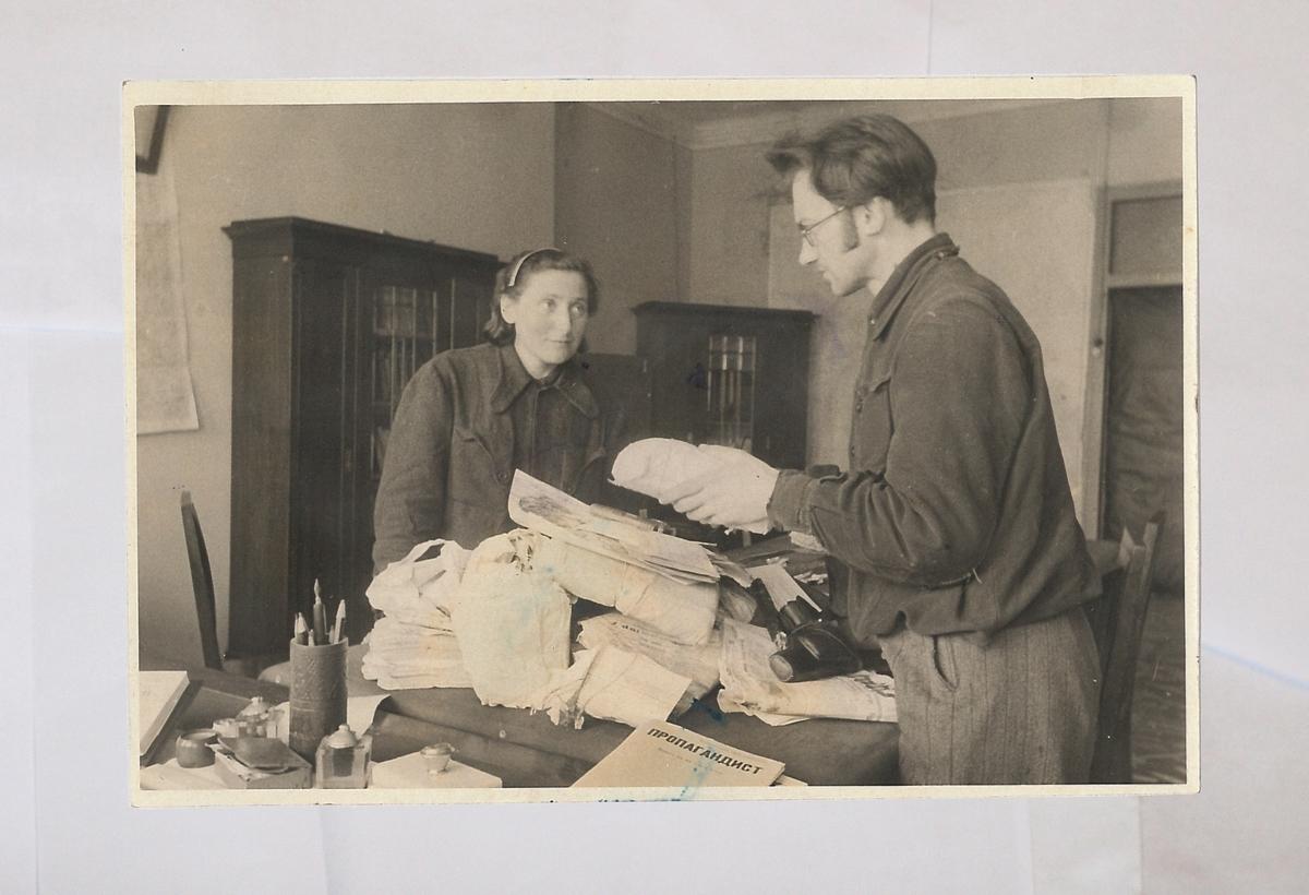 """Poetas, partizanas, """"popieriaus brigados"""" narys Abraomas Suckeveris (1913-2010) su žmona apžiūri išgelbėtus dokumentus."""