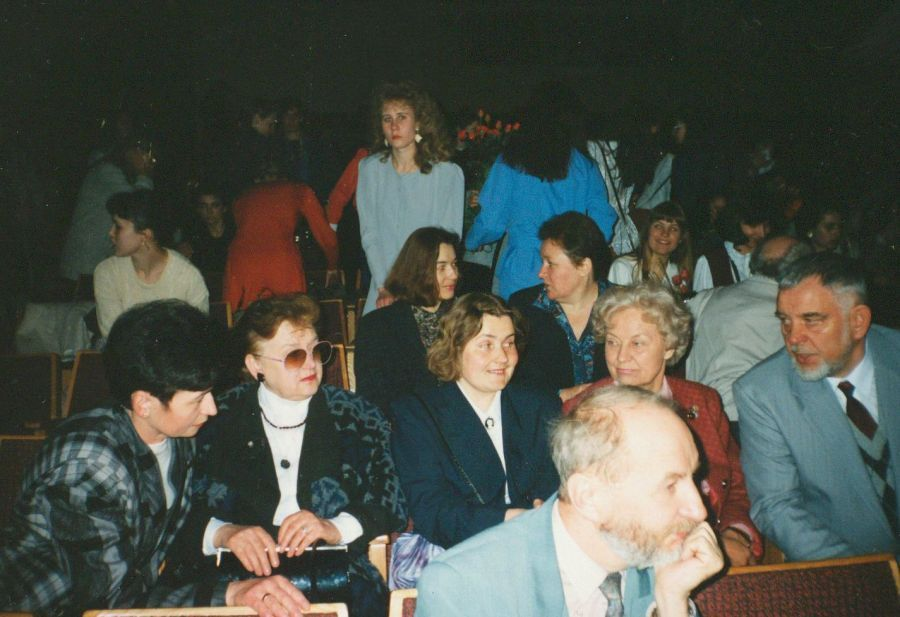 LEU Lituanistikos fakulteto dėstytojai Paskutinės paskaitos renginio LEU II rūmų Aktų salėje metu. 1995 m.