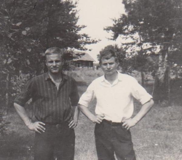 Bronius Radzevičius su broliu Sauliumi gimtinėje. 1964 m., Vyžuonos.