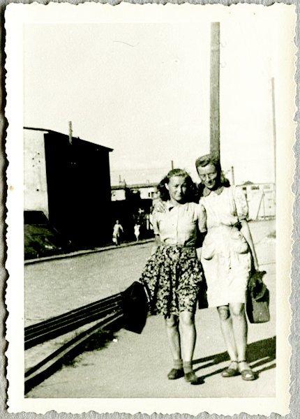 Su drauge Veronika Kajackaite. 1948. Kaunas
