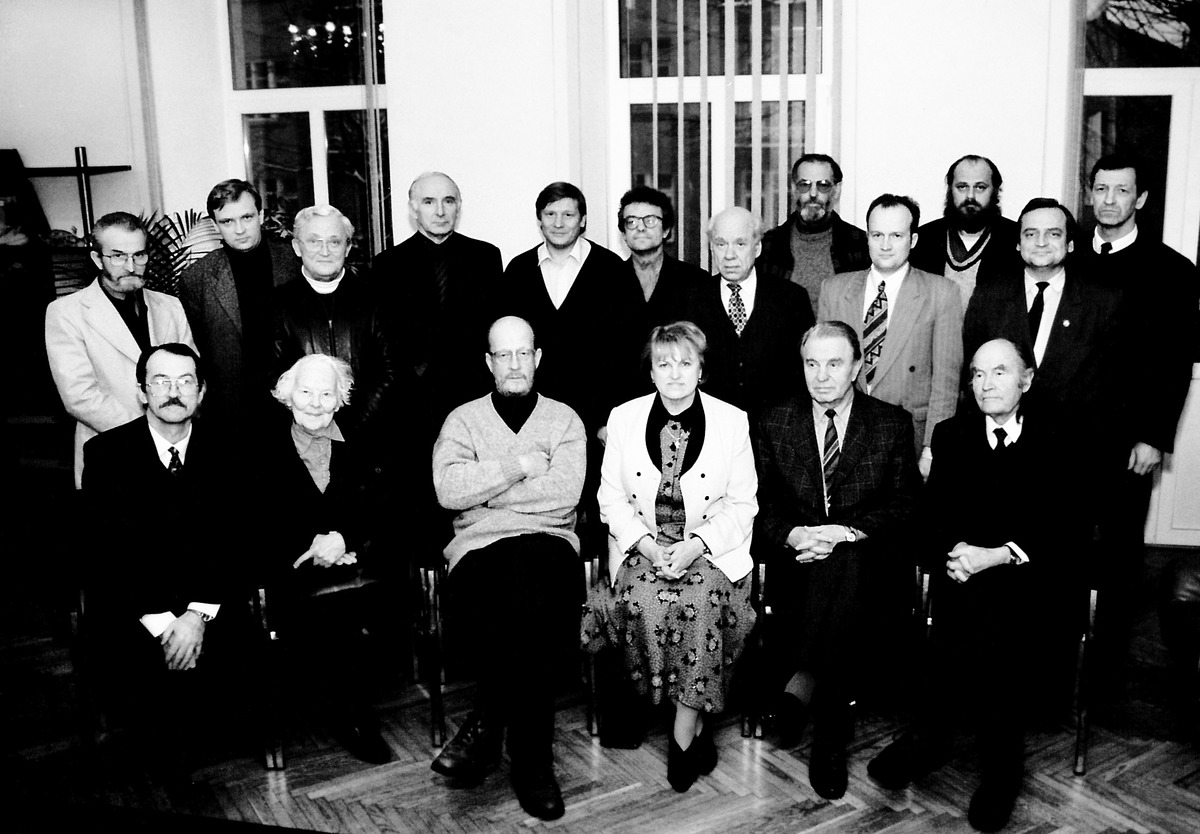 Sąjūdžio aktyvistai. Sėdi iš kairės: Romualdas Ozolas, Meilė Lukšienė, Arūnas Žebriūnas, Kazimira Prunskienė, Justinas Marcinkevičius, Julius Juzeliūnas, 1997-ųjų gruodis.